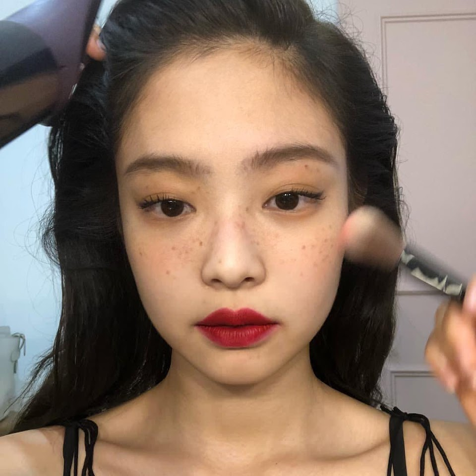 blackpink-jennie-freckles