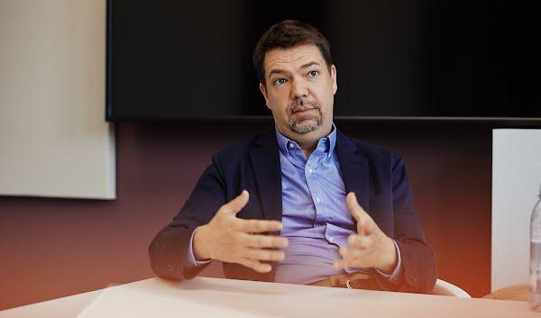 Jan Hannemann arbeitet am Google Konto, der Schaltzentrale für Sicherheit und Datenschutz