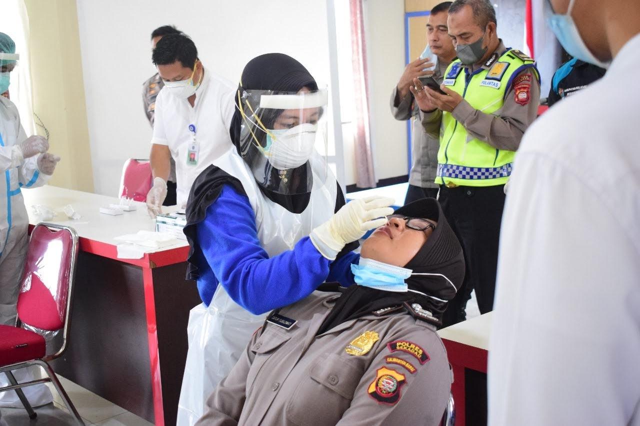 Cegah Penyebaran Pandemi, Personel Polres Sekadau Jalani Tes Swab Antigen