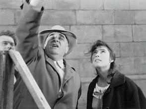 """Photo: Aleksey Batalov (atrás) acompanha o diretor Mikhail Kalatozov diringindo Tatyana Samoylova numa das cenas de """"Quando voam as cegonhas""""."""