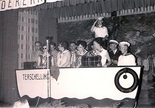Photo: Revue t.g.v. het 25 jarig bestaan van de v.c.j.c. 1961, rechts Hendrik Jan Homan, Geert Hoving, Lammie Enting, Jantje Vedder, Willem Wilms rechts Rieks Hadderingh, Roelie Sloots, Jan Talens, Jantje Rozenveld. Staand Geert Niemeijer