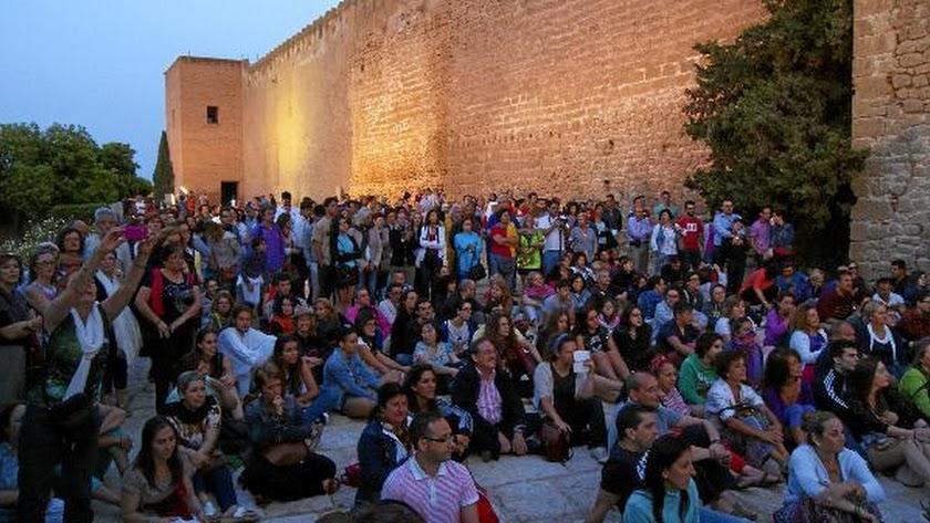 Público asistente a una edición anterior del Amanecer en la Alcazaba.