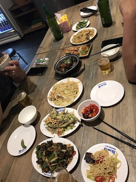 用餐時間 全部客滿 建議提早到。菜單上有星號的是必點的 好吃又便宜 外埸可抽煙