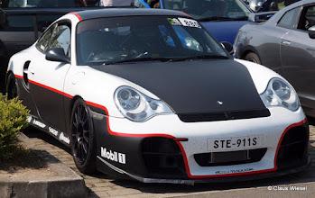 Photo: Porsche 911 an der Touristen-Zufahrt Nordschleife an der Döttinger Höhe, km 0/21, Antoniusbuche.