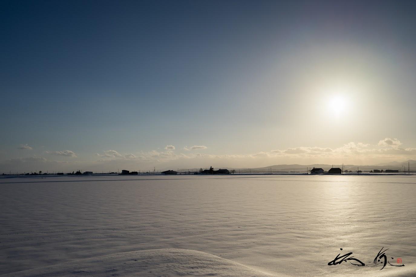 雪野原を照らす橙の光