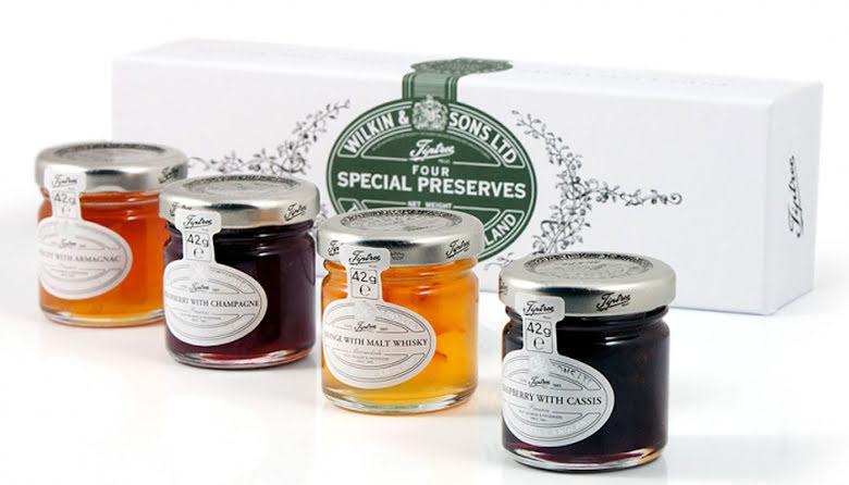 Presentförpackning med apelsingmarmelad/maltwhiskey, hallonsylt/svartvinbär, aprikos/armagnac & jordgubbssylt/champage - Tiptree.