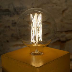 lampe béton ciré couleur jaune moutarde avec ampoule vintage rétro à filaments style Edison lampe fait à la main par la créatrice junny