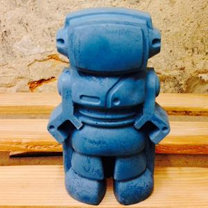 robot en béton bleu objet de décoration à l'univers rétro geek