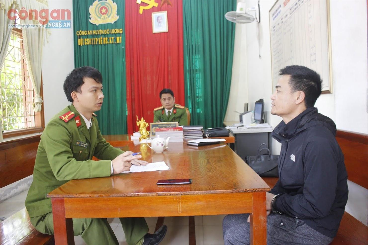 Cán bộ Công an huyện Đô Lương lấy lời khai đối tượng vi phạm về TTXH