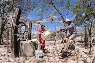 Photo: Pedaleando y sacando agua - comunidad de Mulamana - Maicao