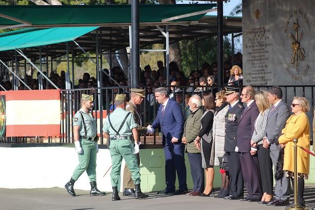 El general de división Fernando García saludando a las autoridades asistentes.