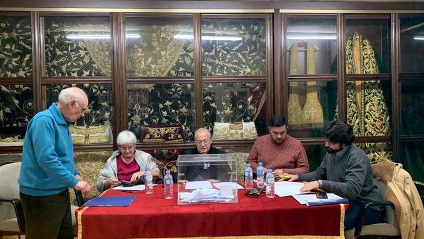 Mesa electoral en la casa de Estudiantes.