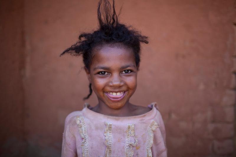 Photo: Enfant du village Tsarahonenana, region de Mahitsy. BRUNO FERT