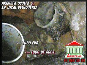 Photo: Imagen tomada con la cámara de inspección de tuberías de una arqueta oculta con 2 tubos de acometida. paredes y base en mal estado.Anomalias que provocan filtraciones en la comunidad de vecinos en Madrid. POCERIA , DESATASCOS , FOSAS E INUNDACIONES . POCEROS CON SERVICIO DE URGENCIAS 24 HORAS.— en Madrid 91 665 35 50 www.Acropolys.es