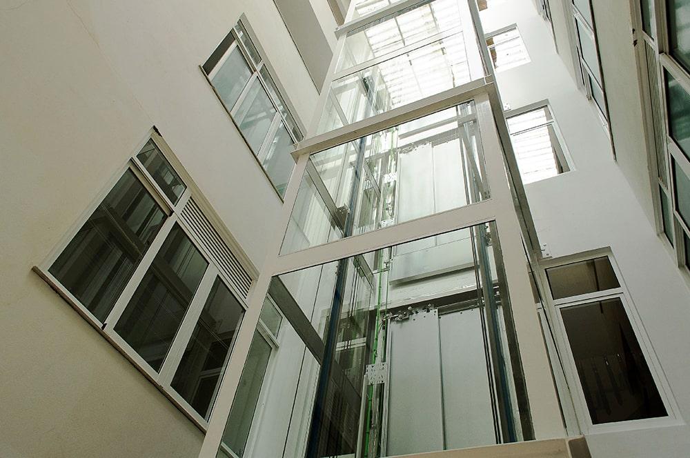 ascensor-patio-interior-edificio-antiguo