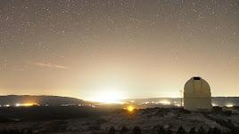 Imagen del cielo nocturno desde el Observatorio de Calar Alto donde se aprecian las luces, y su gran intensidad, de las poblaciones cercanas.