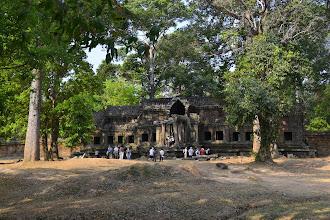 Photo: 10- Afin d'éviter la cohue des touristes, notre guide nous fait rentrer par des portes secondaires et peu fréquentées. Celle-ci, envahie de végétation, vous invite à vous prendre pour un aventurier découvrant un temple perdu.