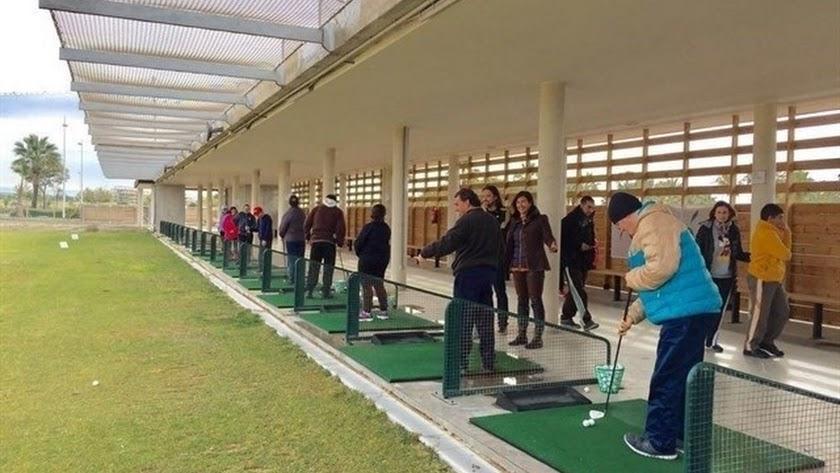 Imagen de diferentes usuarios disfrutando de la Escuela Pública de Golf de El Toyo.