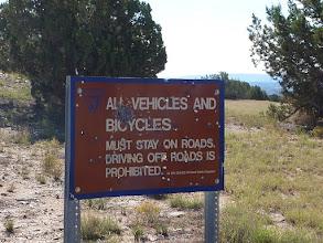 Photo: cible ... C'est le carrefour de la piste Hole in the Rock sur la 12 vers Escalante. Le Colorado se trouve à plus de 90 Km à l'est.