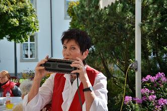 Photo: Lotti Schaffner ersetzt an unserem Konzert mit der Mundharmonika den Bassgeiger. Hier die letzte Tonprobe