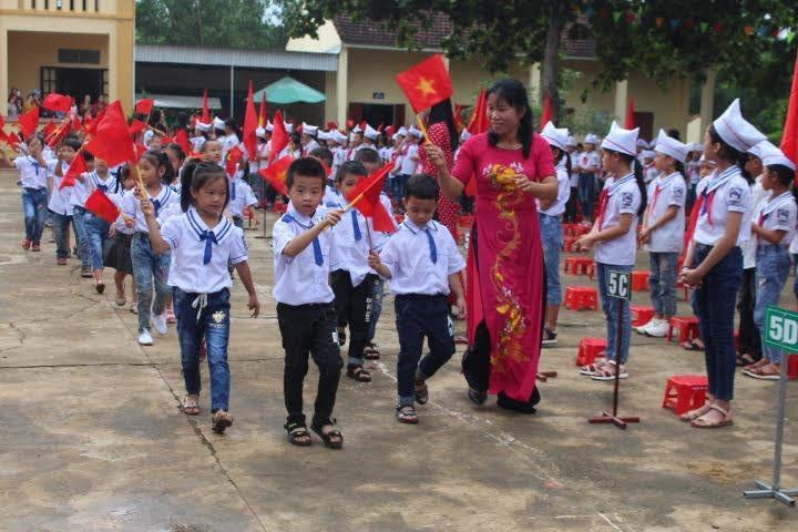 Được thời tiết ủng hộ, cô trò trường Tiểu học số 2 Tam Hợp (xã Tam Hợp, huyện Quỳ Hợp) hào hứng, sôi nổi trong ngày lễ khai giảng năm học mới 2019-2020