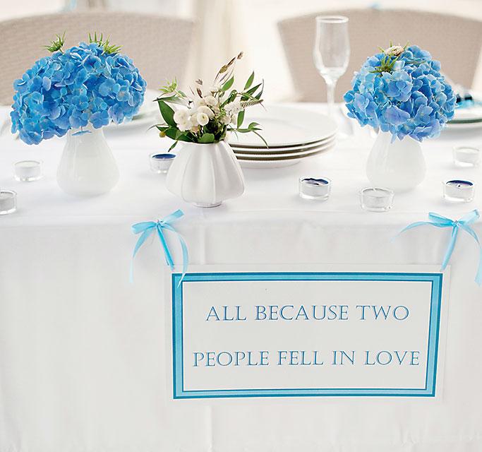 Стол с голубыми цветами