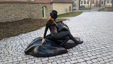 Photo: Doreen Wolff mit Wächter der Zufriedenheit (Höhe: 1 m, Länge: 2,30 m)