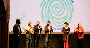 Las actrices Itziar Castro y Claudia Riera recogen el premio .