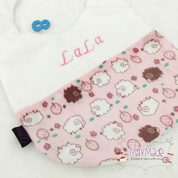 「伴兒」刺繡名字口水肩-白色配粉紅色小羊