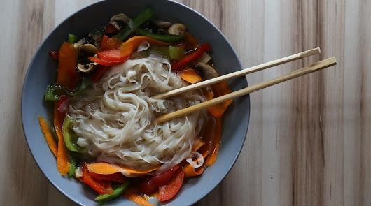 Este jueves, un menú con un toque asiático: Noodles de arroz y pinchos de pollo