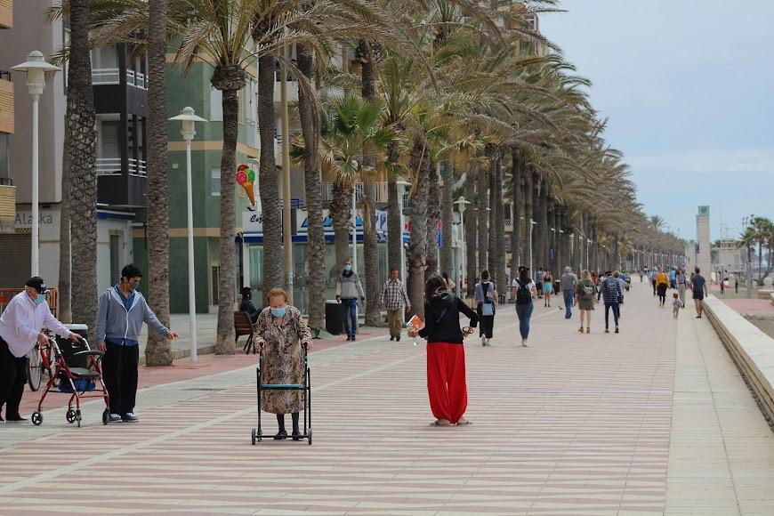 Almerienses, de todas las edades, disfrutando de la jornada matinal del sábado en el Paseo Marítimo.