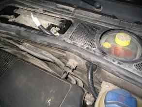 Photo: Paso un macarrón por el vano del motor hasta llegar al habitáculo de la batería.