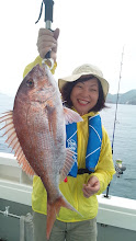 Photo: イエーイ!いいサイズです!真鯛ゲット!お友達に「タイを釣ってくる」と宣言してきたそうな・・・有言実行、お見事!