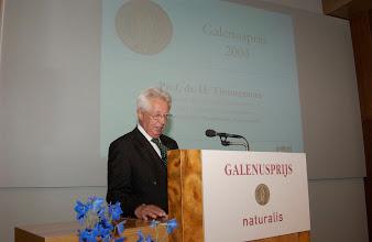 Photo: Toespraak juryvoorzitter prof. dr. Henk Timmerman tijdens uitreiking Galenus Geneesmiddelenprijs en Galenus Researchprijs 2004 in Naturalis te Leiden foto © Bart Versteeg