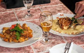 Photo: Z lewej, móżdżek panierowany; z prawej, piersi kurczaka nadziewane jabłkami z cynamonem i camambertem z rusztu w restauracji Texas (Bp. XVIII) 43