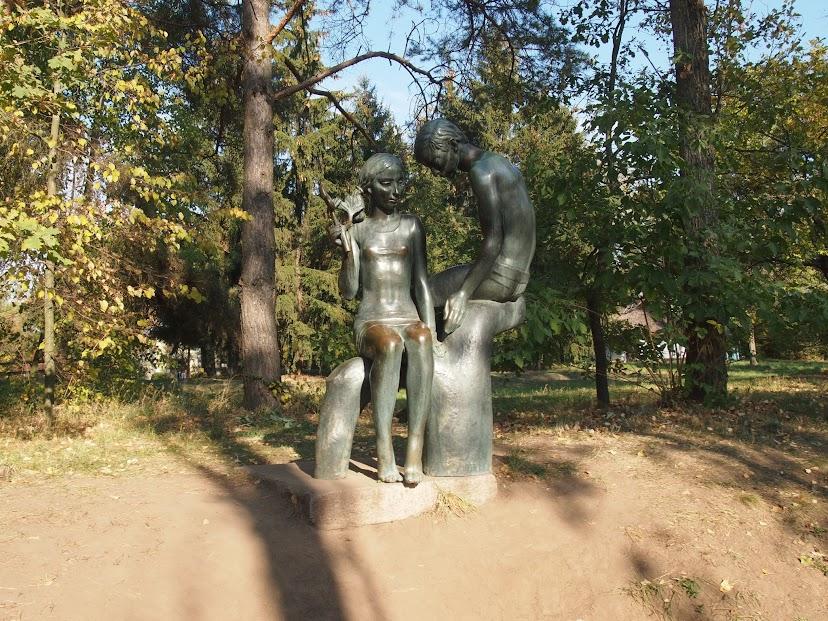 На центральной аллее есть несколько скульптур и памятников. Одна из скульптур - кто что потирает на счастье :)
