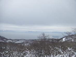 東に琵琶湖とその奥に鈴鹿の山々(右)