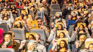 Público posa con 'La Gioconda' y un 'Autorretrato' de Goya pixelados contra la censura.