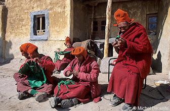 Photo: confection des cordons de longue vie