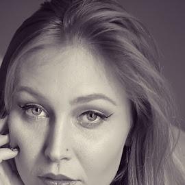 Bellezza strettamente ritagliata by Big Pikey - Black & White Portraits & People ( blonde beauty, blonde girl tight focus, black and white beauty, monochrome, beautiful blonde, monochrome vintage style portrait )