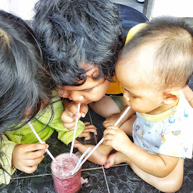 Red spinach juice by Oengkas Wijaya - Babies & Children Children Candids ( natural, children, family, juice, borneo )