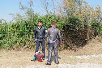Photo: Florin Sandu (de dos) et son frère, musicien roms...
