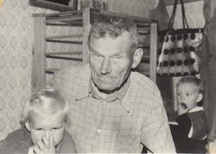 Photo: Julijonas Gusčius su anūkėmis. Nuotrauka iš Gusčiūtės Laimutės archyvo