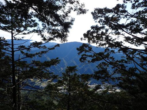 南木曽山(左奥に中央アルプス)