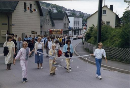 Ein Bild, das Straße, draußen, gehen, Personen enthält.  Automatisch generierte Beschreibung