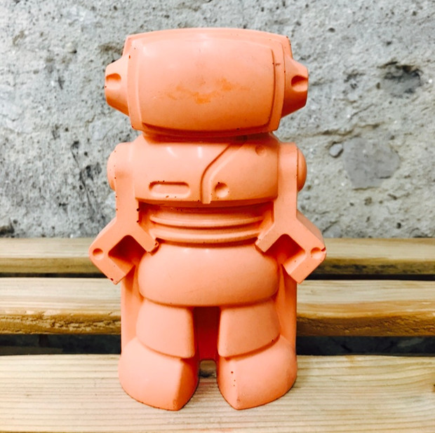 objet déco en béton orange figurine déco en forme de robot pour une déco 100% geek