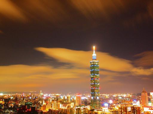 暖色調的 101 大樓夜景