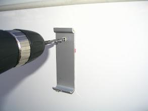Photo: El que estén los soportes pegados con cinta de doble cara, facilita las cosas. Taladro con una broca de 6 mm.