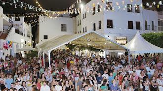 Gente en las fiestas de Mojácar.