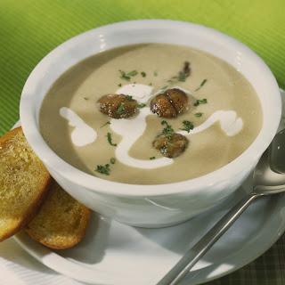 Kartoffelcreme Suppe mit Steinpilzen und Schwarzbrotwürfeln